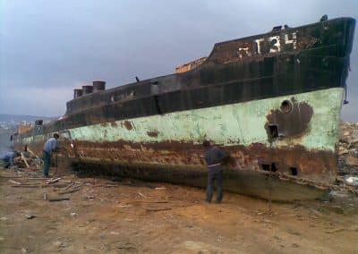 Нарязване на кораб за скрап във Варненското езеро